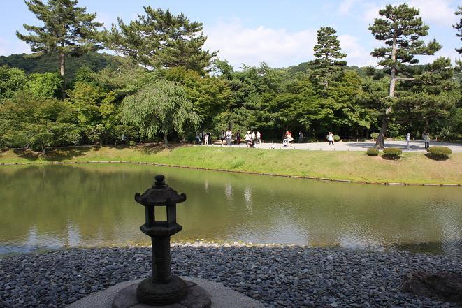 石灯籠と池.jpg